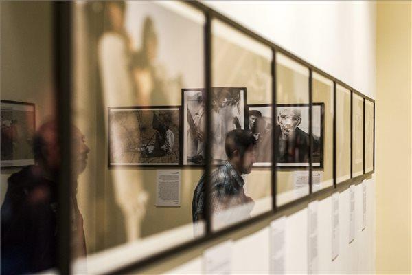 Az elmúlt 60 év fődíjas képeiből összeállított kísérő tárlat a World Press Photo 2015 kiállítás megnyitóján a Néprajzi Múzeumban 2015. szeptember 24-én. MTI Fotó: Szigetváry Zsolt