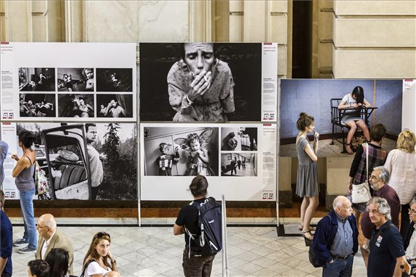 Érdeklődők a World Press Photo 2015 kiállítás megnyitóján a Néprajzi Múzeumban 2015. szeptember 24-én. MTI Fotó: Szigetváry Zsolt