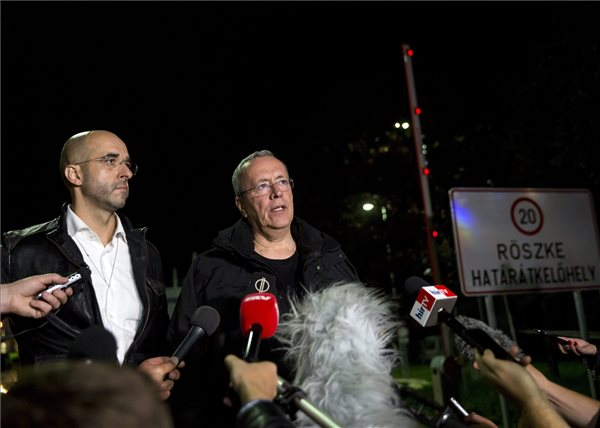 Kovács Zoltán kormányszóvivő (b) és Bakondi György, a miniszterelnök belbiztonsági főtanácsadója sajtótájékoztatót tart a régi Horgos-Röszke határátkelőhelyen, a magyar-szerb határnál 2015. szeptember 14-én, éjfél előtt. Szeptember 15-én hatályba lépnek a migrációs helyzet miatti új szabályozások. MTI Fotó: Mohai Balázs