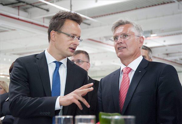 Szijjártó Péter külgazdasági és külügyminiszter (b) és Thomas Faustmann, az Audi Hungaria Motor Kft. ügyvezető igazgatója az Audi Hungaria Motor Kft. 10 milliárd forintból felépített második logisztikai csarnokának átadó ünnepségén Győrben 2015. szeptember 8-án. MTI Fotó: Krizsán Csaba