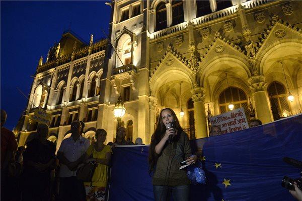 Zsohár Zsuzsanna, a Migration Aid aktivistája beszél a migrációval összefüggő törvényjavaslatok ellen, illetve a bevándorlók melletti demonstráción Budapesten, a Kossuth Lajos téren 2015. szeptember 2-án. MTI Fotó: Bruzák Noémi
