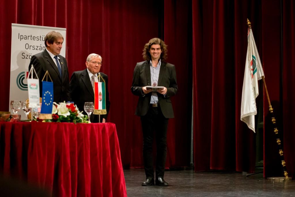 Dóka Attila a www.amdala.hu hírportál főszerkesztője átvette az Iposz Kézműipar szolgálatáért kitüntető oklevelet Németh Lászlótól, az Ipartestületek Országos Szövetsége (Iposz) elnökétől és Kurucz Zsigmondtól, az Iposz tiszteletbeli elnökétől  a szervezett megalakulásának 25. évfordulóján tartott jubileumi ünnepségen Budapesten, a Duna Palotában 2015. október 14-én.  Fotó: Juhász Melinda