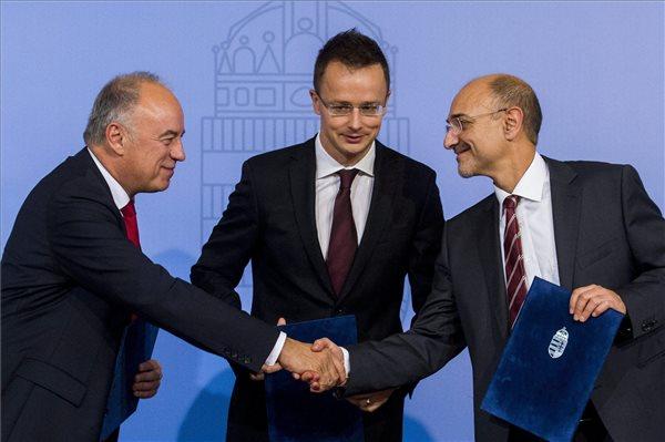 Peter Kössler, az Audi Hungaria Motor Kft. ügyvezető elnöke, Szijjártó Péter külgazdasági és külügyminiszter és Axel Schifferer, az Audi Hungaria pénzügyekért felelős ügyvezető igazgatója (b-j) az Audi győri motorgyárának fejlesztéséről szóló támogatási szerződés aláírásán a Külgazdasági és Külügyminisztériumban 2015. október 19-én. A kormány 6 milliárd forinttal támogatja a gyár újabb 32 milliárd forintos fejlesztését. A beruházással 380 új munkahely jön létre. MTI Fotó: Illyés Tibor