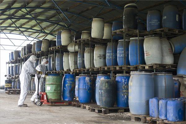 Védőfelszerelésben dolgozó munkások egy veszélyeshulladék-tárolóban Balmazújváros-Lászlóháza térségében 2015. október 13-án. Megkezdődött a Hortobágyi Nemzeti Park (HNP) szomszédságában lévő tároló felszámolása és a veszélyes hulladékok ártalmatlanítása, amelyre a kormány 400 millió forintot biztosított. A harmincéves telepen mintegy 2200-2300 tonna veszélyes hulladékot tárolnak. MTI Fotó: Czeglédi Zsolt