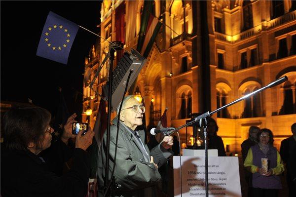 Mécs Imre, az Ötvenhatos Emlékbizottság elnöke, volt országgyűlési képviselő beszédet mond a Vissza a Forradalom lángját! címmel meghirdetett megemlékezésen A forradalom lángja emlékmű helyén, a Kossuth téren 2015. október 22-én. MTI Fotó: Kovács Attila