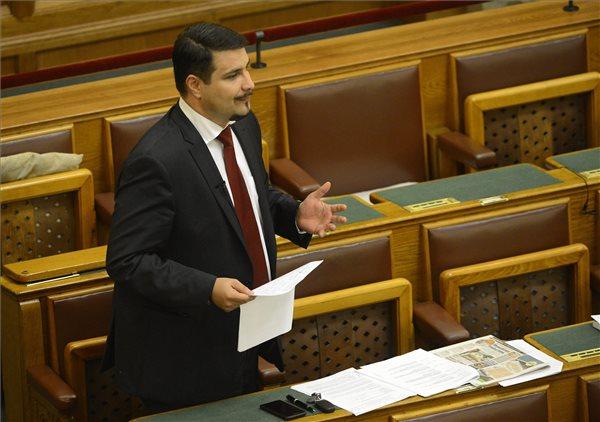 Mesterházy Attila szocialista képviselő felszólal a Miniszterelnöki Kabinetiroda működését szabályozó javaslat általános vitáján az Országgyűlés plenáris ülésén 2015. október 20-án. MTI Fotó: Soós Lajos