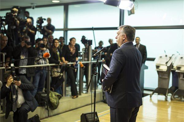 A Miniszterelnöki Sajtóiroda által közreadott képen Orbán Viktor miniszterelnök nyilatkozik a sajtónak az európai menekültválságról rendezett rendkívüli csúcstalálkozó kezdetén az Európai Bizottság brüsszeli székházában 2015. október 25-én. MTI Fotó: Miniszterelnöki Sajtóiroda / Szecsődi Balázs
