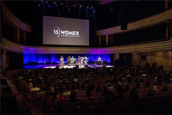 Az életműdíjjal kitüntetett Cheikh Lo szenegáli zenész lép fel a budapesti világzenei expo, a Womex ünnepi ceremóniáján a Müpában az esemény zárónapján, 2015. október 25-én. MTI Fotó: Marjai János