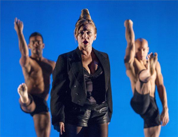 Rost Andrea operaénekes (k), valamint Nelson Reguera (b) és Yosmell Calderón Mejías (j), a Frenák Pál Társulat táncművészei a Rost&Frenák című előadás próbáján az Erkel Színházban 2015. november 11-én. A darab bemutatója november 13-án lesz Frenák Pál rendezésében. MTI Fotó: Szigetváry Zsolt