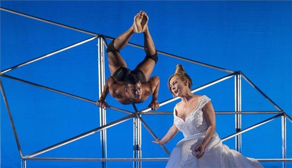 Nelson Reguera, a Frenák Pál Társulat táncművésze (b) és Rost Andrea operaénekes a Rost&Frenák című előadás próbáján az Erkel Színházban 2015. november 11-én. A darab bemutatója november 13-án lesz Frenák Pál rendezésében. MTI Fotó: Szigetváry Zsolt