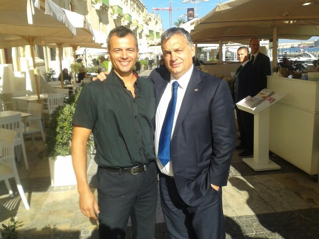 Orbán Viktor miniszterelnök  Vallettában beszélgetett néhány külföldön dolgozó magyar állampolgárral.  (b-j) Kiss Ervin és Orbán Viktor miniszterelnök