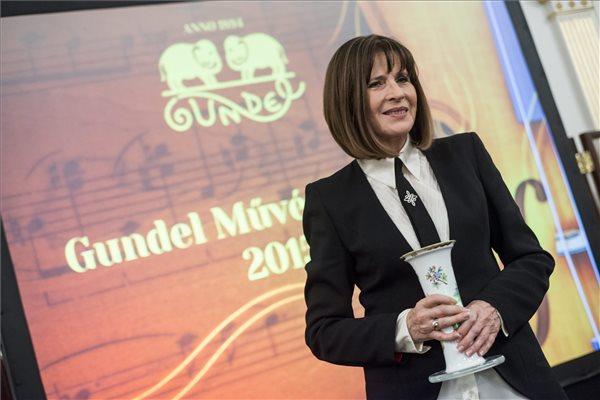 A Gundel-életműdíjjal kitüntetett Koncz Zsuzsa énekes a díj átadása alkalmából rendezett ünnepségen a budapesti Gundel étteremben 2015. november 23-án. MTI Fotó: Marjai János