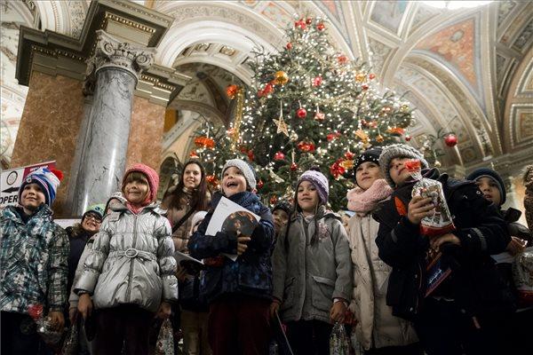 Hátrányos helyzetű gyerekek a Magyar Állami Operaház Kiskarácsony című jótékonysági rendezvényén Budapesten 2015. december 16-án. A karácsonyi műsor után a szociálisan hátrányos helyzetű és mozgássérült, vagy halmozottan hátrányos gyerekek ajándékot kaptak, amelyet Ókovács Szilveszter főigazgató és Fodor Attila, a csomagokat felajánló CBA kommunikációs igazgatója adott át. MTI Fotó: Balogh Zoltán