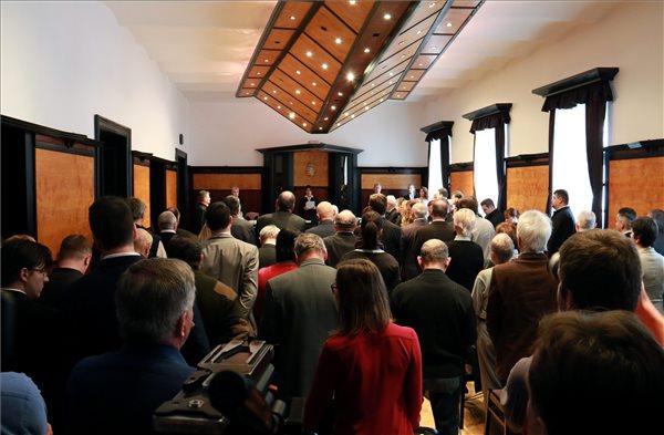 Szabó Györgyi tanácsvezető bíró kihirdeti a vörösiszapperben hozott ítéletet a Veszprémi Törvényszék tárgyalótermében 2016. január 28-án. A bíróság első fokon felmentette a per mind a tizenöt vádlottját a halált okozó gondatlan közveszélyokozás vétsége, a gondatlanságból elkövetett környezet- és természetkárosítás, továbbá a hulladékgazdálkodás rendjének megsértése vádja alól. MTI Fotó: Nagy Lajos