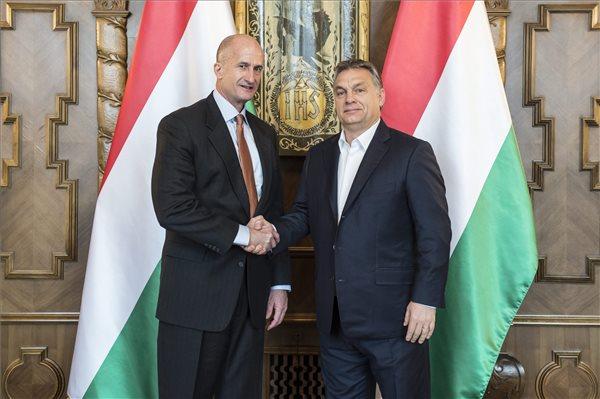 A Miniszterelnöki Sajtóiroda által közreadott képen Orbán Viktor miniszterelnök (j) és John G. Rice, a General Electric alelnöke kezet fog megbeszélésükön az Országházban 2016. január 20-án. MTI Fotó: Miniszterelnöki Sajtóiroda / Árvai Károly