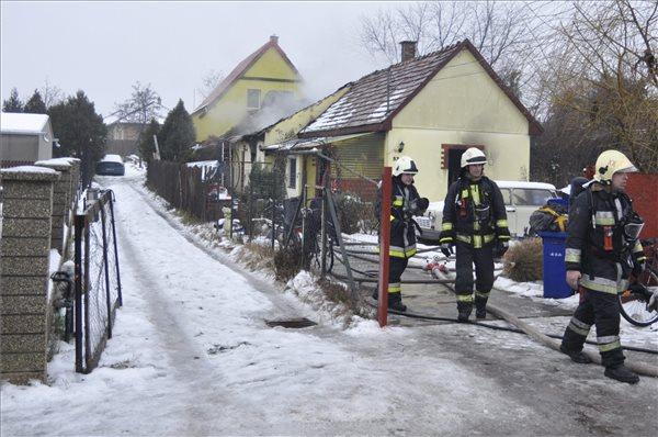 Tűzoltók dolgoznak 2016. január 9-én egy gyáli családi háznál, melynek tetőszerkezete 50 százalékban leégett. Három felnőtt és három gyerek könnyebb füstmérgezést szenvedett, míg a hetedik sérültet súlyos füstmérgezéssel, illetve égési sérülésekkel vitték kórházba a mentők. MTI Fotó: Mihádák Zoltán