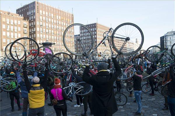 A Magyar Kerékpárosklub december 23-án elhunyt örökös elnöke, László János tiszteletére rendezett kerékpáros megemlékezés résztvevői felemelik kerékpárjaikat a budapesti Városháza parkban 2016. január 3-án. MTI Fotó: Kallos Bea