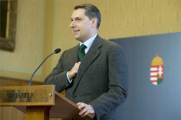 Lázár János, a Miniszterelnökséget vezető miniszter sajtótájékoztatót tart az Országházban 2016. január 14-én. A kormány és a főváros közötti tárgyalások megegyezéssel lezárhatók: az állam átveszi az agglomerációs közlekedés működtetését és kész a HÉV átvételére is - mondta a miniszter. MTI Fotó: Koszticsák Szilárd