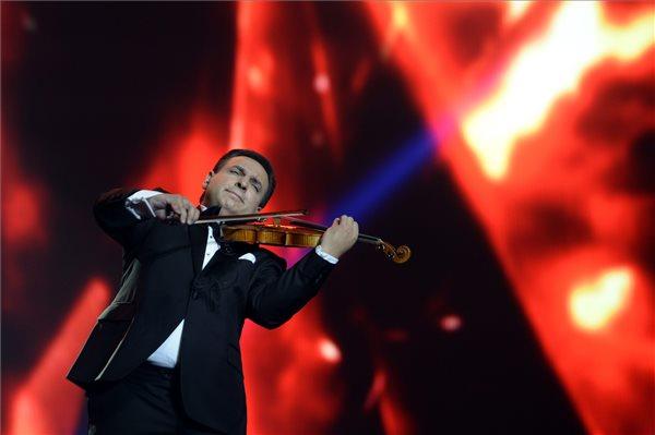 Mága Zoltán hegedűművész hagyományos újévi koncertjén a Papp László Budapest Sportarénában 2016. január 1-jén este. MTI Fotó: Kovács Tamás