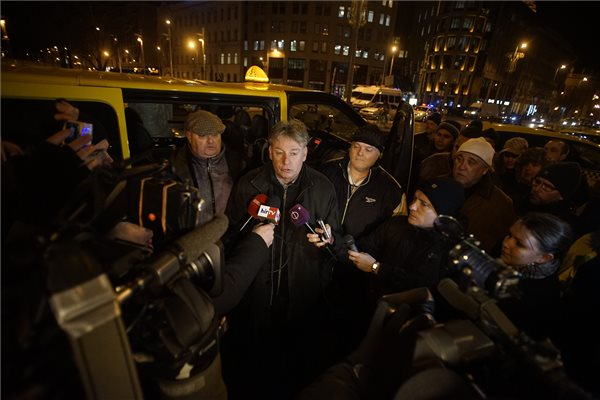 Botlik Géza, az Uber közösségi személyszállító szolgáltatás ellen tiltakozó taxisok nevében nyilatkozik a sajtó munkatársainak a belvárosi Erzsébet térnél 2016. január 20-án. MTI Fotó: Balogh Zoltán