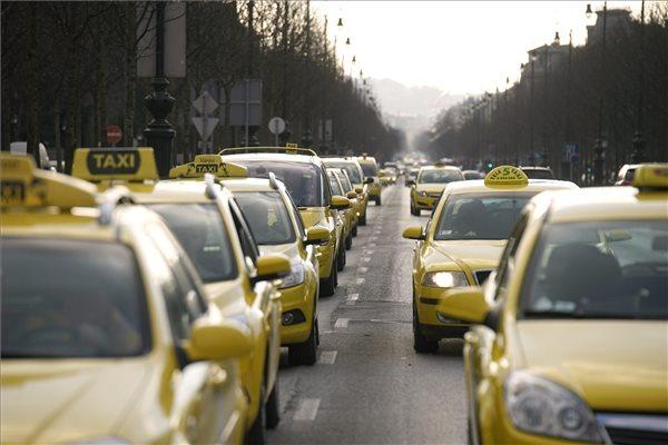 Az Uber közösségi személyszállító szolgáltatás ellen tiltakozó taxisok demonstrációjának résztvevői haladnak autóikkal a tüntetés befejeztével a fővárosi Andrássy úton 2016. január 21-én. A taxisok befejezték a demonstrációt és elhagyták a belvárosi József Attila utca, Andrássy út és Bajcsy-Zsilinszky út kereszteződését, így feloldódott a forgalmi sávok lezárása. MTI Fotó: Balogh Zoltán