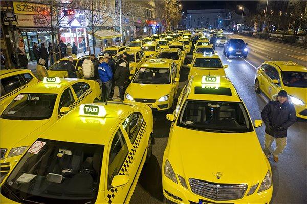 Taxisok demonstrálnak az Uber magán személyszállító szolgáltatás ellen Budapesten, az V. kerületben, az Erzsébet térnél 2016. január 18-án. A be nem jelentett tüntetésen a taxisok az Andrássy út - Bajcsy Zsilinszky út kereszteződésben minden irányban csak egy-egy sávot hagytak szabadon a forgalomnak. MTI Fotó: Lakatos Péter