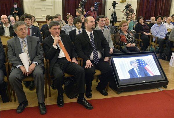 Lovász László, a Magyar Tudományos Akadémia (MTA) elnöke (b), Frei Zsolt, az Eötvös Gravity Research Group (EGRG) vezetője (b2) és Raffai Péter, az ELTE Atomfizikai Tanszékének kutatója (b3) az MTA rendezvényén 2016. február 11-én, amelyet abból az alkalomból tartottak, hogy Washingtonban bejelentették, hogy évtizedekig tartó kutatás után tudósok egy nemzetközi csoportja közvetlen bizonyítékot talált az Albert Einstein által száz éve megjósolt gravitációs hullámok létezésére, vagyis a téridő görbületének hullámszerűen terjedő megváltozására. A LIGO (lézer interferométeres gravitációshullám-vizsgáló obszervatórium) Tudományos Együttműködésben több magyar tudóscsapat is részt vett. MTI Fotó: Máthé Zoltán