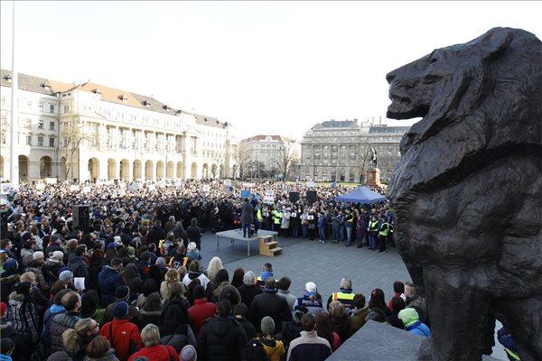 Résztvevők az állatkínzás ellen tartott demonstráción az Országház előtti Kossuth Lajos téren 2016. február 20-án. A több mint száz állatvédő szervezet és több ezer ember a Nyugati térről vonult át a Parlament elé, ahol a demonstráció végén a szervezők átnyújtották az Országgyűlés mezőgazdasági bizottsága képviselőjének azt a törvénymódosító javaslatot, amely az állatkínzás büntetésének szigorítását tartalmazza. MTI Fotó: Szigetváry Zsolt