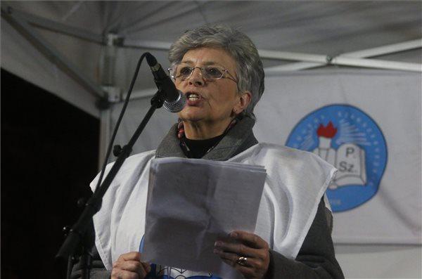 Galló Istvánné, a Pedagógusok Szakszervezetének (PSZ) elnöke beszédet mond a pedagógusok és szimpatizánsaik demonstrációján a miskolci Hősök terén 2016. február 3-án. A Fogadóóra címmel megrendezett tüntetés szervezői az oktatási rendszer ellen tiltakoznak. MTI Fotó: Vajda János