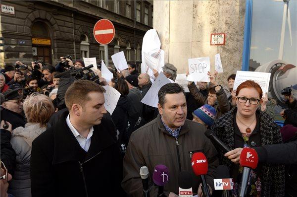 Harangozó Tamás (b) és Heringes Anita, az MSZP országgyűlési képviselői, valamint Pál Tibor (MSZP) volt szocialista parlamenti képviselő, a IX. kerület volt alpolgármestere (k) sajtótájékoztatón tiltakozik Donáth György szobrának avatása ellen Budapesten, a Páva utca és az Üllői út sarkán 2016. február 24-én. Tiltakozók akadályozták meg, hogy a Rákosi-diktatúra egyik első kivégzett áldozata, Donáth György szobrát felavassák a kommunizmus áldozatainak emléknapja alkalmából a fővárosban. MTI Fotó: Kovács Tamás