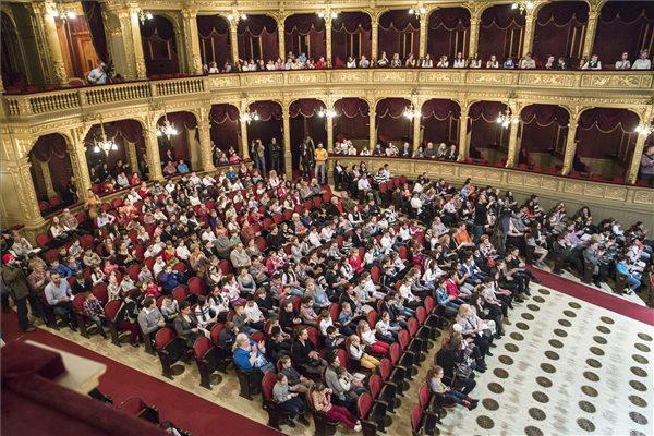 Közönség az Operaházban, ahol több mint ezer hátrányos helyzetű gyerek láthatta a Jancsi és Juliska című előadást a Klauzál Lions Klub szervezésében, a dalszínház támogatásával 2016. február 7-én. MTI Fotó: Máthé Zoltán