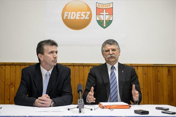 Kövér László, az Országgyűlés elnöke (j) és Simon Tibor, a Fidesz-KDNP pártszövetség polgármesterjelöltje sajtótájékoztatót tart Aktuális politikai helyzetértékelés címmel Salgótarjánban 2016. február 16-án. MTI Fotó: Komka Péter