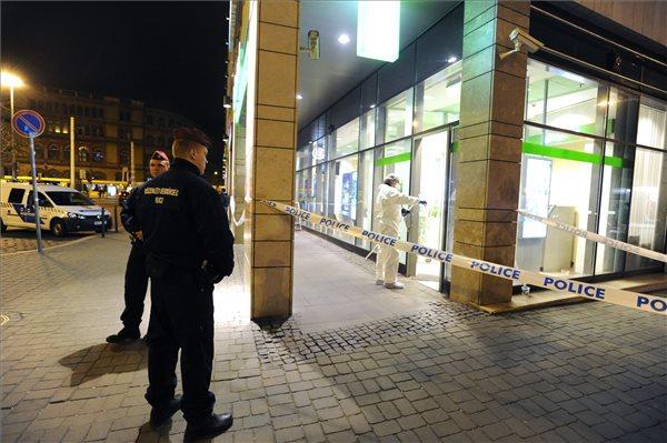 Rendőrök helyszínelnek az OTP Bank VIII. kerületi, Blaha Lujza téri fiókjánál 2016. március 23-án este, miután a bankfiókot kirabolták. A vs.hu internetes portál értesülései szerint az elkövetőnél fegyver vagy ahhoz hasonlító tárgy volt, és mintegy 100-200 ezer forintot vitt el. Úgy tudják: az esetnél nem sérült meg senki. MTI Fotó: Mihádák Zoltán