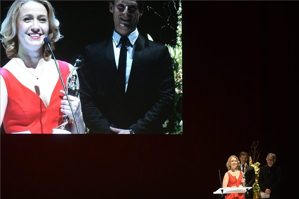 Balsai Móni színésznő, miután a Liza, a rókatündér című filmben nyújtott alakításáért átvette a legjobb női főszereplőnek járó díjat Herendi Gábor filmrendezőtől (j) és Fenyő Iván színésztől a 2. Magyar Filmhét budapesti gáláján 2016. március 6-án. A Liza, a rókatündér alkotóit 15 kategóriában jelölték és végül 7 díjat kaptak, köztük a legjobb nagyjátékfilmnek járó elismerést. MTI Fotó: Bruzák Noémi