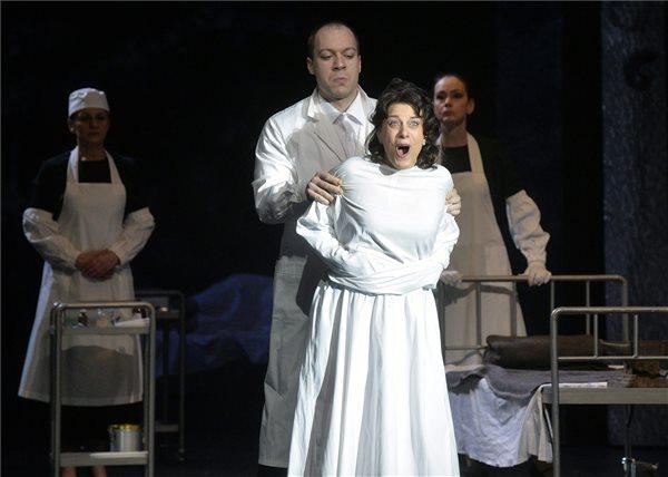 Létay Kiss Gabriella (elöl) Leonora szerepében Verdi A trubadúr című operájának próbáján a budapesti Erkel Színházban 2016. március 10-én. A darabot Galgóczy Judit rendezésében március 18-án mutatják be. MTI Fotó: Máthé Zoltán