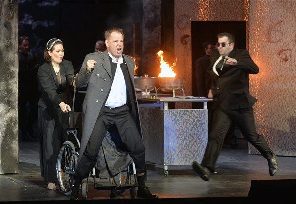 Palerdi András (elöl) Ferrando és Haris Nadin (b) Inez szerepében Verdi A trubadúr című operájának próbáján a budapesti Erkel Színházban 2016. március 10-én. A darabot Galgóczy Judit rendezésében március 18-án mutatják be. MTI Fotó: Máthé Zoltán