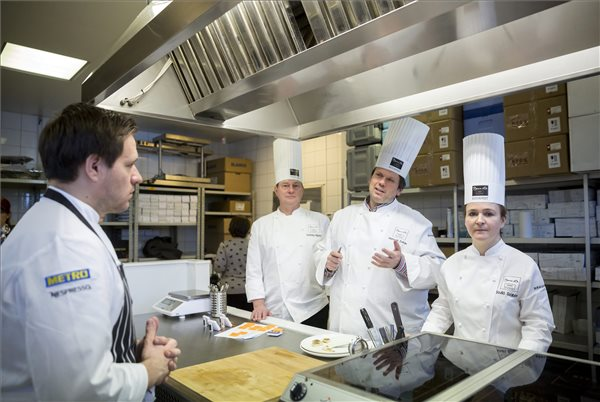 Széll Tamás, az Onyx étterem séfje, a Bocuse d'Or nemzetközi szakácsverseny európai döntőjének magyar résztvevője (b) és segítői, Vomberg Frigyes (b2), Hamvas Zoltán (j2) és Szulló Szabina (j) Budapesten 2016. március 10-én. MTI Fotó: Mohai Balázs