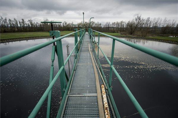 A pécsi szennyvíztelep egyik utóülepítő medencéje 2016. március 7-én. Mintegy 5,7 milliárd forintos, vissza nem térítendő fejlesztési támogatással újítják fel a pécsi vízszolgáltató, a Tettye Forrásház Zrt. szennyvíztisztító-telepét. MTI Fotó: Sóki Tamás