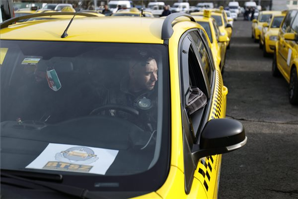 Az Uber közösségi személyszállító szolgáltatás ellen tiltakozó taxisok újabb demonstrációjának résztvevői gyülekeznek a fővárosi Hősök terén 2016. március 10-én. MTI Fotó: Szigetváry Zsolt