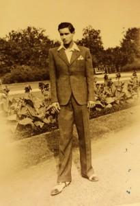 Az ifjú Szenes Iván az akkori Rezső téren.jpg: Szenes archívum