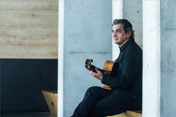 Snétberger Ferenc 2016. február 25-én a Budapest Music Centerben, ahol interjút adott az MTI újságírójának. A Kossuth- és Liszt Ferenc-díjas gitárművész az In Concert címmel a napokban megjelenő, a több mint két évvel ezelőtt adott budapesti szólókoncertje anyagából válogató CD-jét mutatja be április 15-én a Zeneakadémia nagytermében, a Budapesti Tavaszi Fesztivál keretében. MTI Fotó: Marjai János