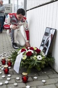 Michelisz Norbert, a Honda Racing Team JAS versenyzője mécsest gyújt az ezen a napon elhunyt Ferjáncz Attila örökös magyar ralibajnok emlékére a túraautó-világbajnokság (WTCC) magyarországi futamának időmérő edzését követően a mogyoródi Hungaroringen 2016. április 23-án. MTI Fotó: Marjai János