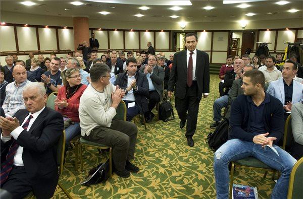 Gyárfás Tamás elnök érkezik a Magyar Úszó Szövetség (MÚSZ) éves rendes közgyűlésére, a margitszigeti Thermal hotelben 2016. április 24-én. Gyárfás elsöprő többséggel kapott megerősítést az általa kért bizalmi szavazáson. MTI Fotó: Koszticsák Szilárd