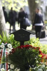 Kertész Imre Nobel-díjas író sírja a Fiumei úti Nemzeti Sírkertben 2016. április 22-én. Az irodalmi Nobel-díj eddigi egyetlen magyar kitüntetettje életének 87. évében hosszan tartó súlyos betegség után hunyt el 2016. március 31-én. MTI Fotó: Szigetváry Zsolt