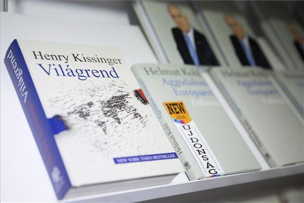 Henry Kissinger volt amerikai külügyminiszter Világrend és Helmut Kohl volt német kancellár Aggodalom Európáért című könyve a 23. Budapesti Nemzetközi Könyvfesztiválon a Millenárison 2016. április 23-án. MTI Fotó: Mohai Balázs