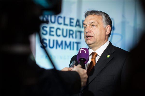 A Miniszterelnöki Sajtóiroda által közreadott képen Orbán Viktor miniszterelnök nyilatkozik a magyar közmédiának a nukleáris biztonságról tartott csúcsértekezleten Washingtonban 2016. április 1-jén, a kétnapos tanácskozás második napján. MTI Fotó: Miniszterelnöki Sajtóiroda / Szecsődi Balázs
