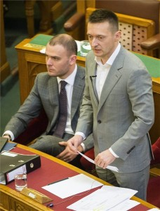 Rogán Antal, a Miniszterelnöki Kabinetirodát vezető miniszter (j) napirend előtti felszólalásra válaszol az Országgyűlés plenáris ülésén 2016. április 11-én. Balról Csepreghy Nándor, a Miniszterelnökség parlamenti államtitkára. MTI Fotó: Illyés Tibor