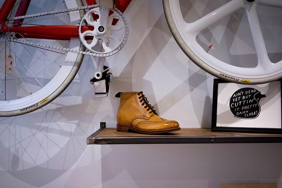 Bicikli falra akasztva