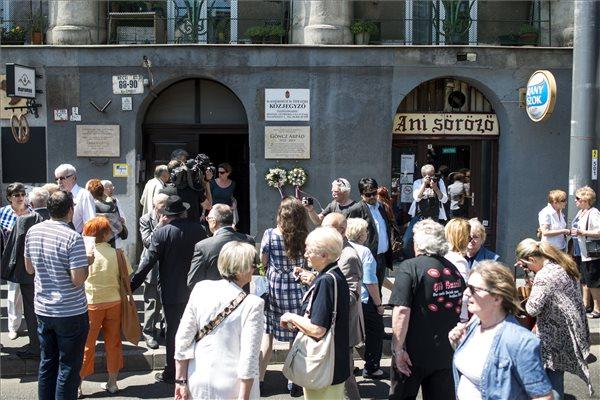 Résztvevők Göncz Árpád emléktáblájának avatásán 2016. május 23-án. Az emléktáblát Óbudán, annak a háznak a falán helyezték el, amelyben a volt államfő, író, műfordító, politikus élt és alkotott 1947 és 1990 között. A néhai elnök életének 94. évében, 2015. október 6-án hunyt el. MTI Fotó: Marjai János