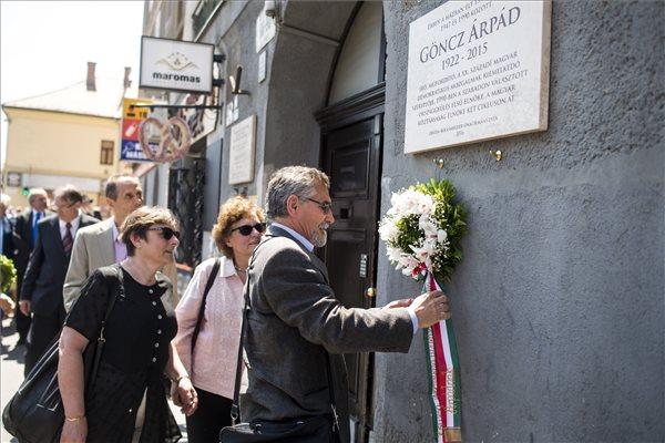 Göncz Árpád családtagjai virágot helyeznek el a néhai köztársasági elnök felavatott emléktáblájánál 2016. május 23-án. Jobbról a második az elnök lánya, Göncz Kinga korábbi külügyminiszter. Az emléktáblát Óbudán, annak a háznak a falán helyezték el, amelyben a volt államfő, író, műfordító, politikus élt és alkotott 1947 és 1990 között. A néhai elnök életének 94. évében, 2015. október 6-án hunyt el. MTI Fotó: Marjai János